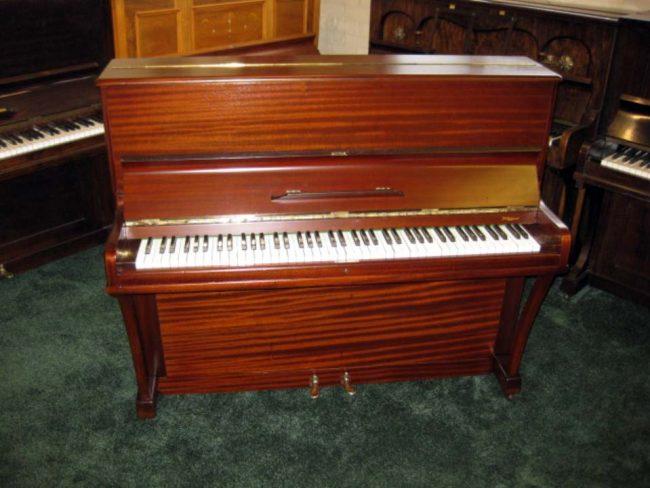 Boyd in polished mahogany - £1400 - H 116 / L 138 / D 56cm